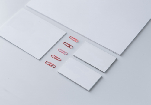 kaboompics_little-sheets-of-paper-with-pink-paper-clips